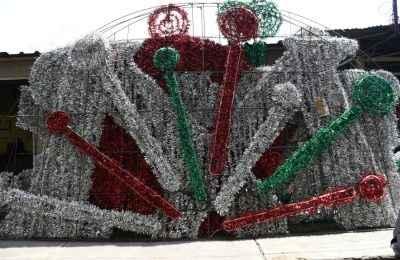 Preparan decoraciones con motivo de fiestas patrias