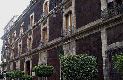 Alistan recorrido por edificios remodelados por Teodoro González de León