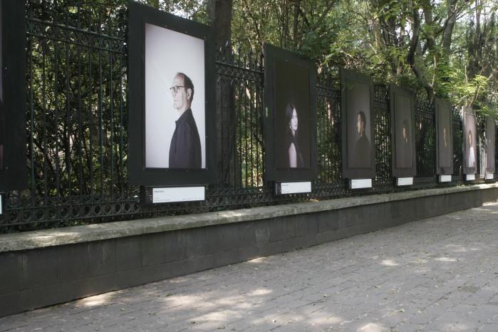 Exponen retratos de personalidades en rejas de Chapultepec