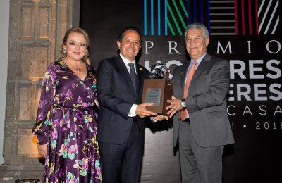 Galardonan a Carlos Joaquín por impulsar la vivienda en QRoo
