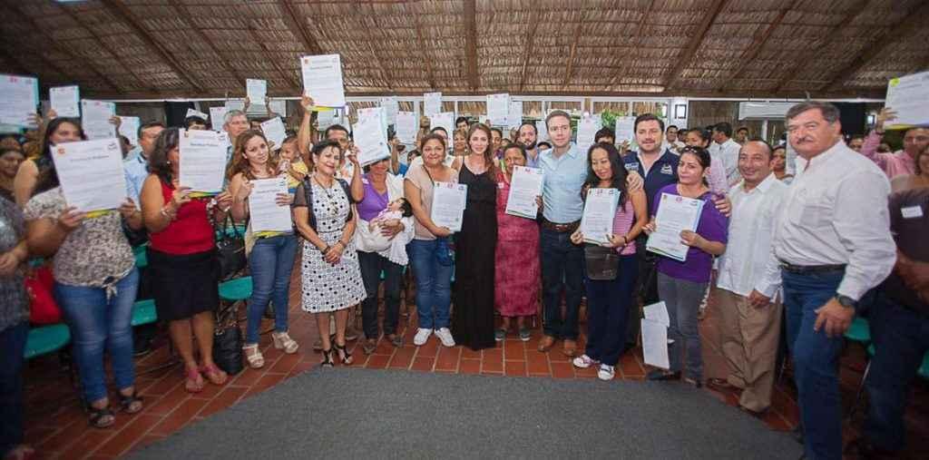 Entrega Manuel Velasco escrituras en Tuxtla Gutiérrez