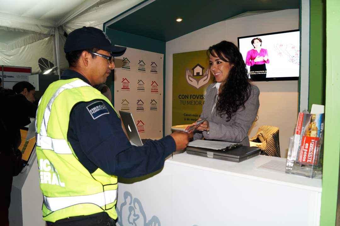 policía recibiendo información de chica de fovisstse