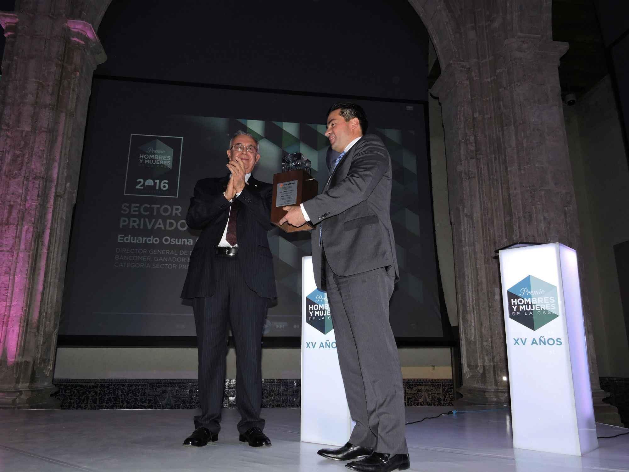 Eduardo Osuna obtiene Premio HyM en Sector Privado