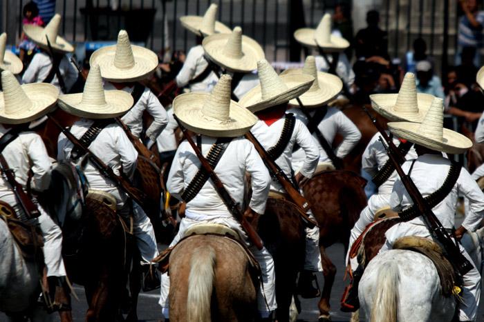 Trenes y caballos, los ejes narrativos del desfile histórico de la Revolución Mexicana.