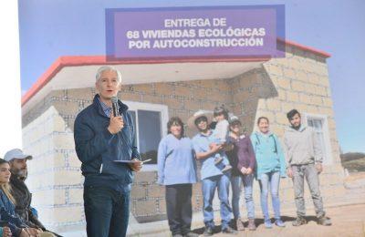 Entregan 68 viviendas ecológicas a familias de Morelos, Edoméx
