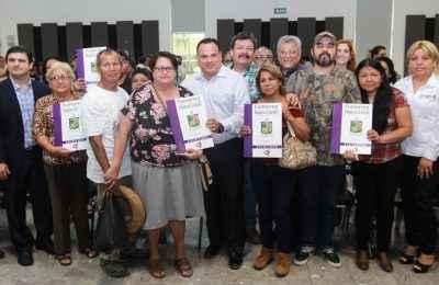 Entregan escrituras a 62 familias de Apodaca