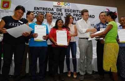 Entrega Velasco Coello escrituras y constancias de propiedad