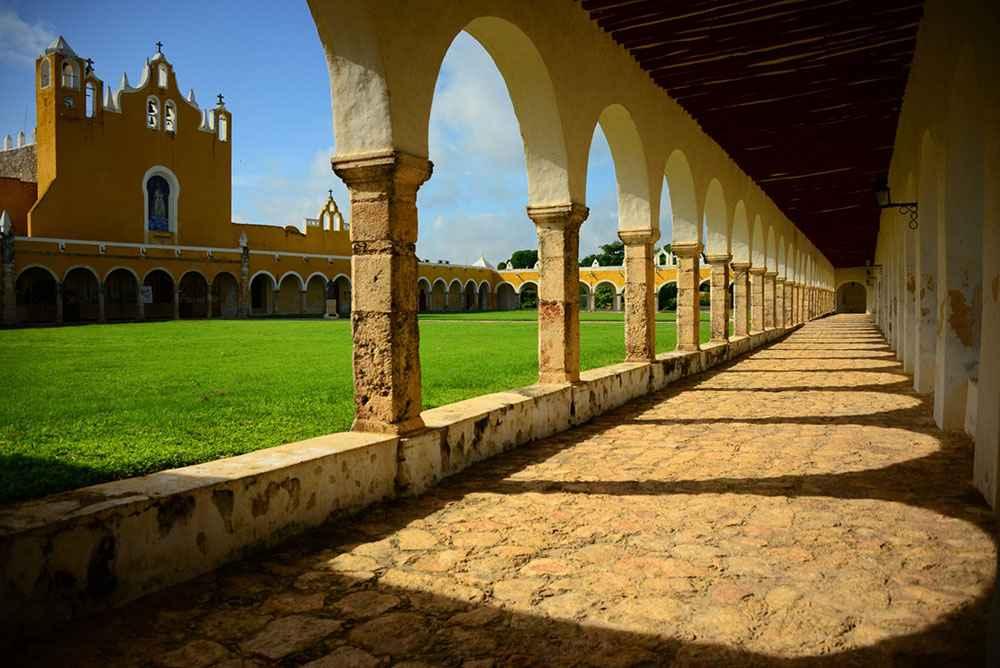 Expertos destacan arquitectura mesoamericana y europea de Izamal