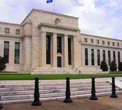 Eleva Fed 25 puntos su tasa de referencia