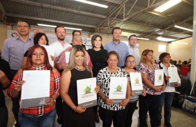 Rosario Robles entrega escrituras del Insus en Puebla