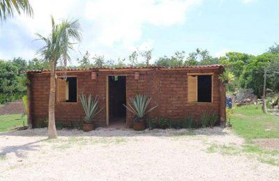 Fabrican viviendas con ladrillos de sargazo en Quintana Roo