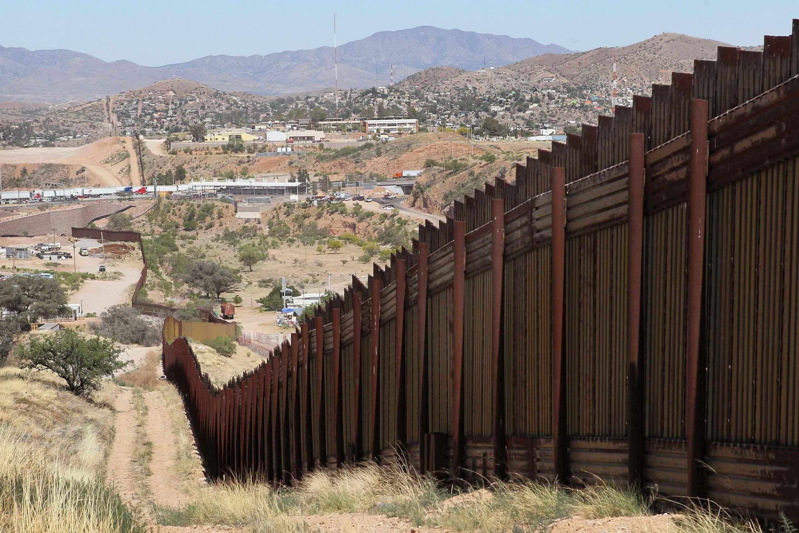 Firma Trump decreto para construir muro a lo largo de la frontera con México