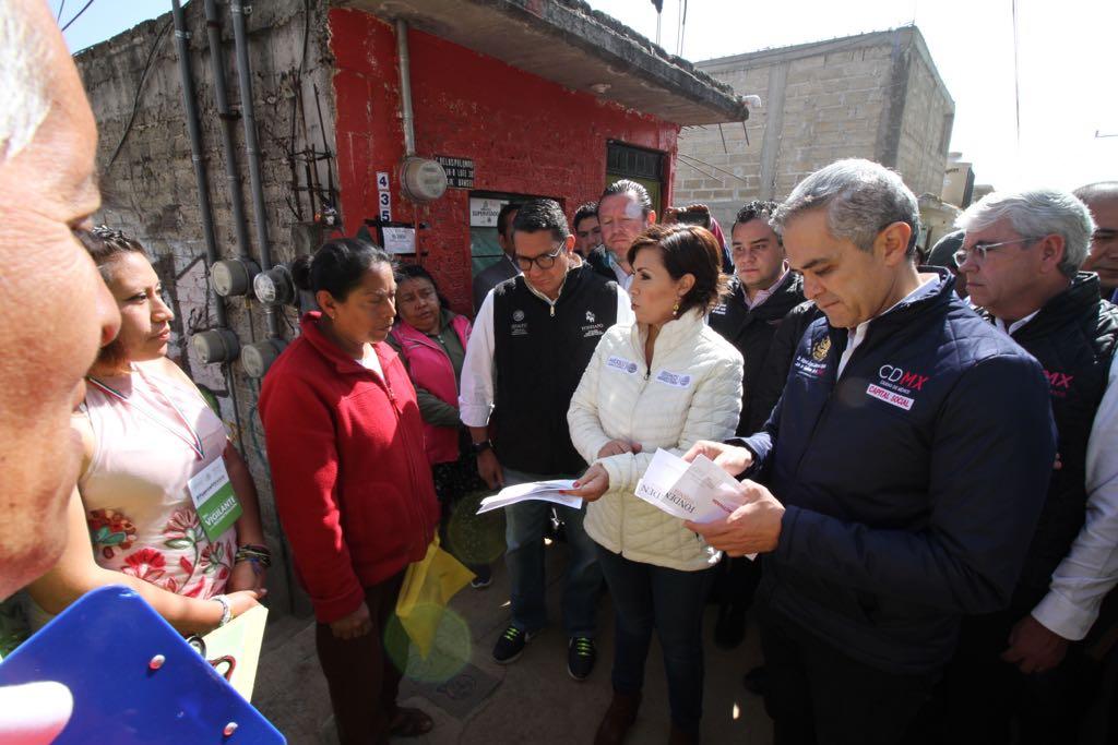 Entregan tarjetas para reconstruir viviendas en la CDMX