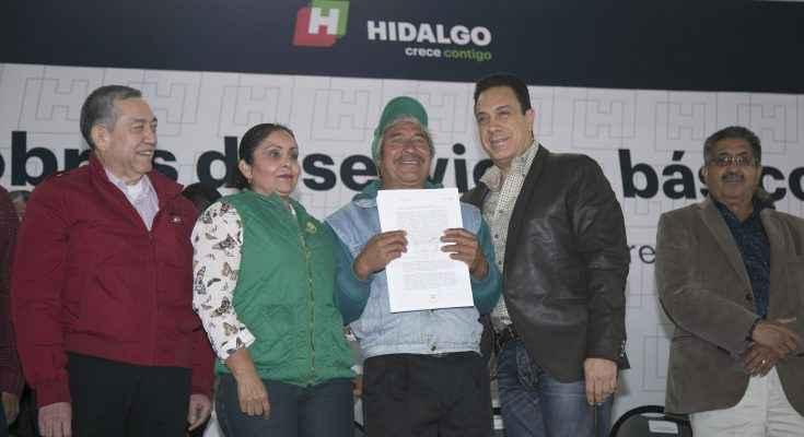 Entregan en Hidalgo escrituras a familia de 9 municipios