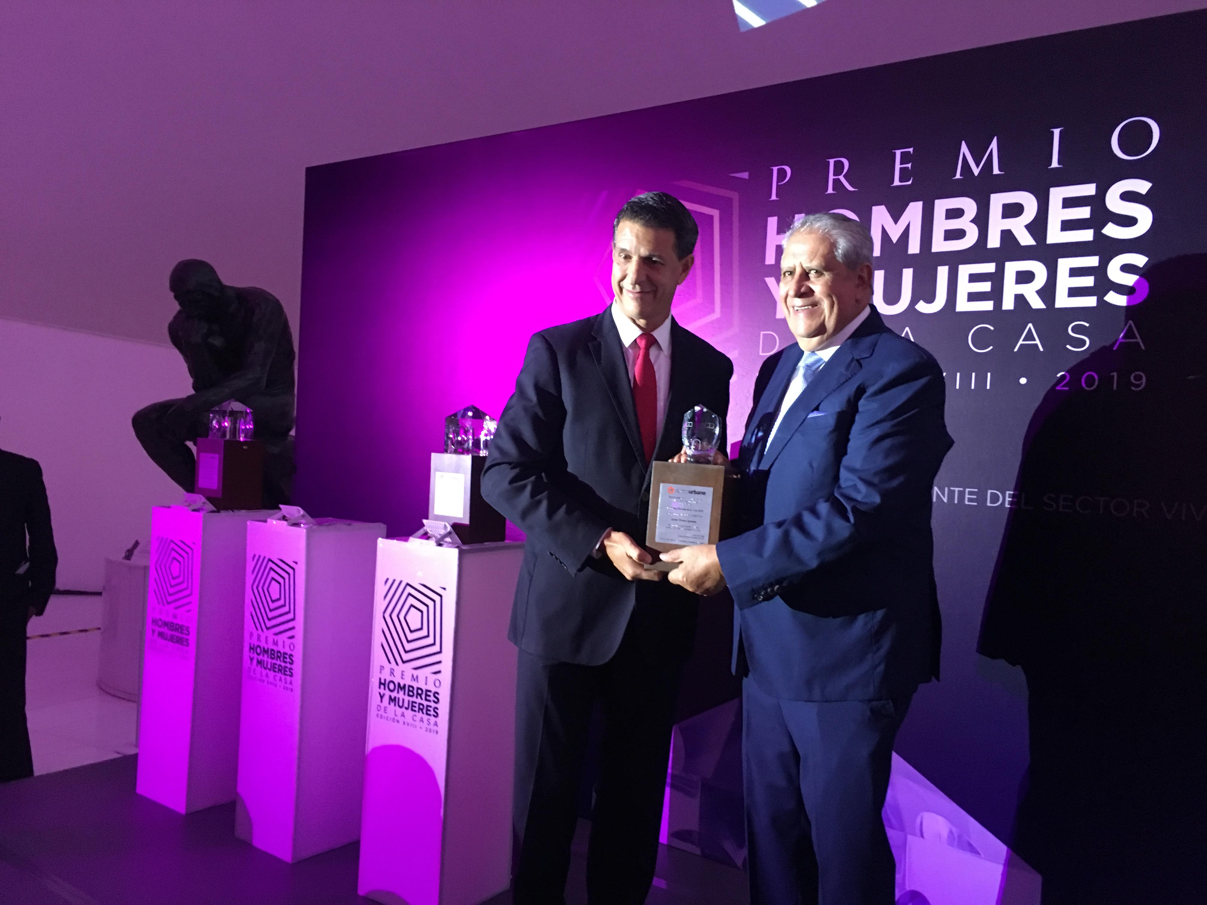 Recibe Javier Olvera Premio HyM en la categoría CIMIENTOS