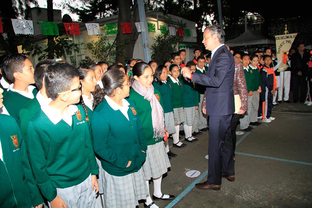 Alrededor de 10,000 escuelas resultaron con afectaciones tras sismos