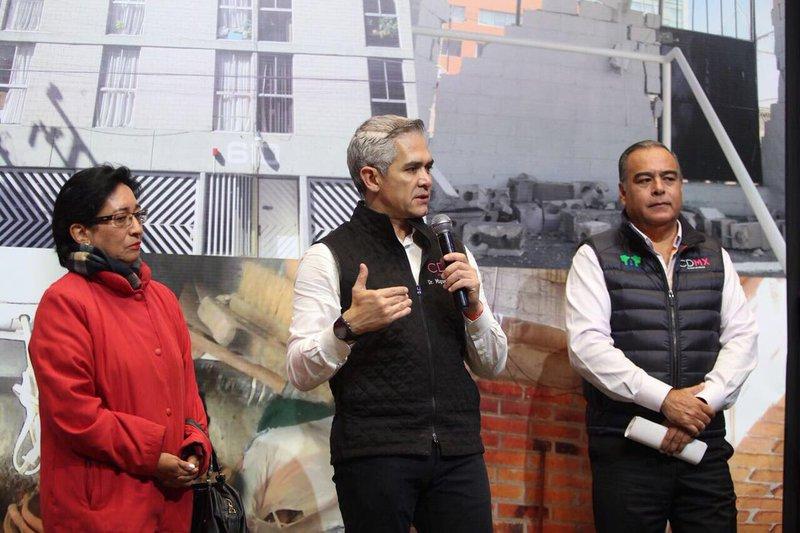 Entrega CDMX créditos para reconstruir edificios habitacionales