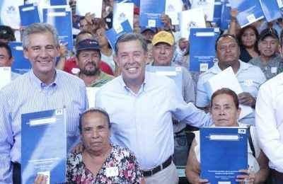 Miguel Márquez entregó escrituras en Guanajuato