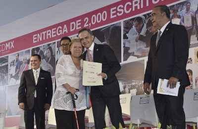 Entrega Mancera 2,000 escrituras en Iztacalco
