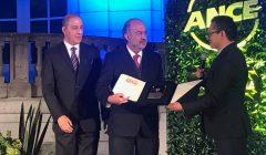 Odón de Buen recibe el premio 'John James Dupuis'