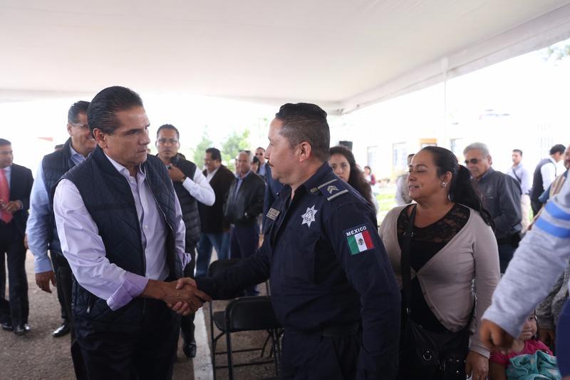 Entregan viviendas a policías de Michoacán