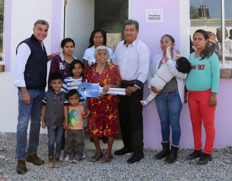 Entregan viviendas reconstruidas en Puebla
