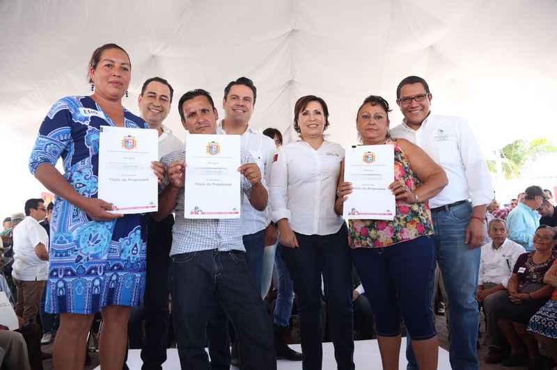 Entregan viviendas a afectados por huracán Patricia
