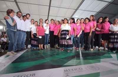 Entrega Sedatu Cuartos Rosas en Guerrero