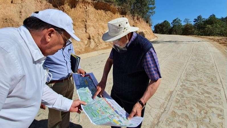 Supervisa SCT obras de pavimentación de carreteras en Oaxaca