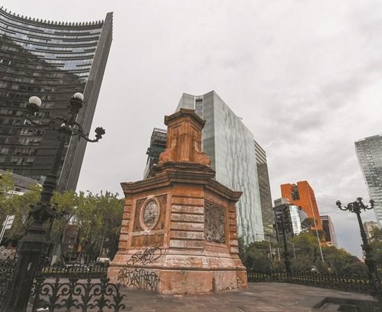 Sustituyen escultura de Cristóbal Colón con 'Tlali' en Reforma