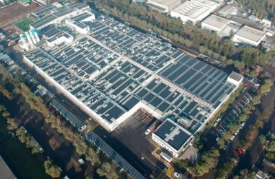 Inauguran techo solar sobre nave industrial en Chile