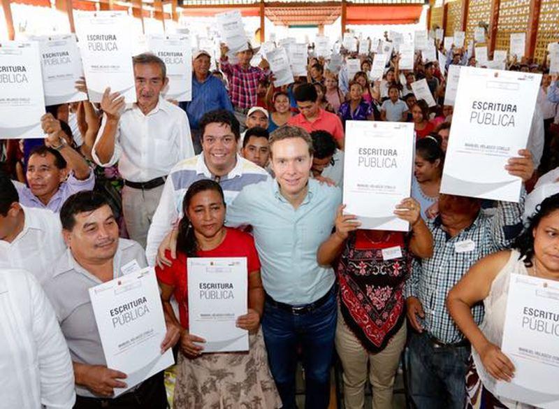 Entrega Velasco escrituras en Chiapas