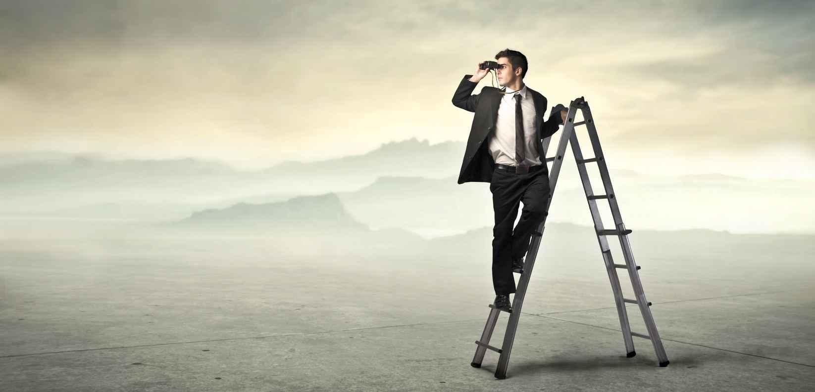 hombre en escalera mirando con binoculares