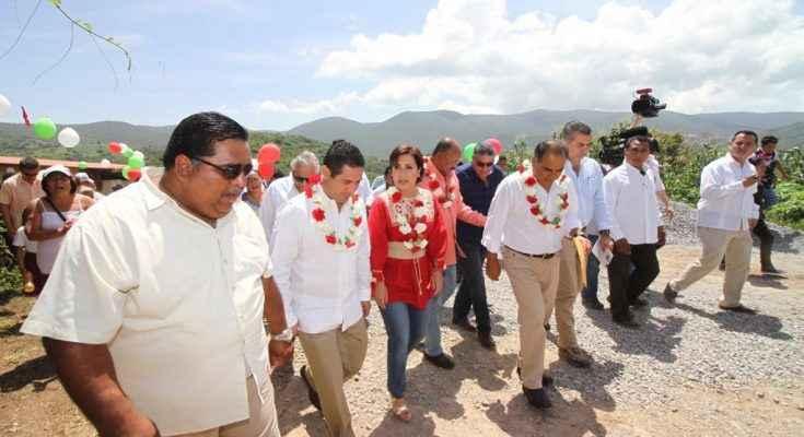 Entrega Rosario Robles 300 'Cuartos Rosas' en Guerrero