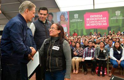 Entregaron escrituras a familias del Estado de México