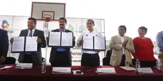 Corral entrega escrituras de vivienda en Ciudad Juárez