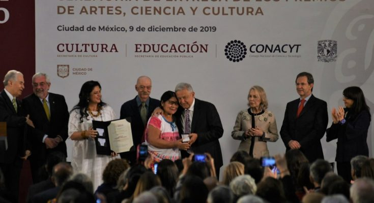 Entregan Premios Nacionales de Artes, Ciencia y Cultura y Carlos Fuentes en Palacio Nacional