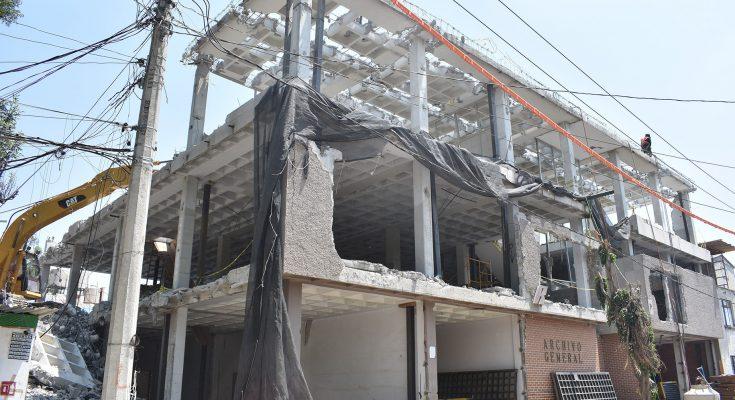 Concluyen derribo de inmueble en Iztapalapa