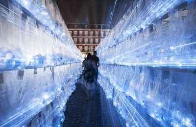 Artistas de arte urbano instalan laberinto de plástico en Plaza Mayor de Madrid