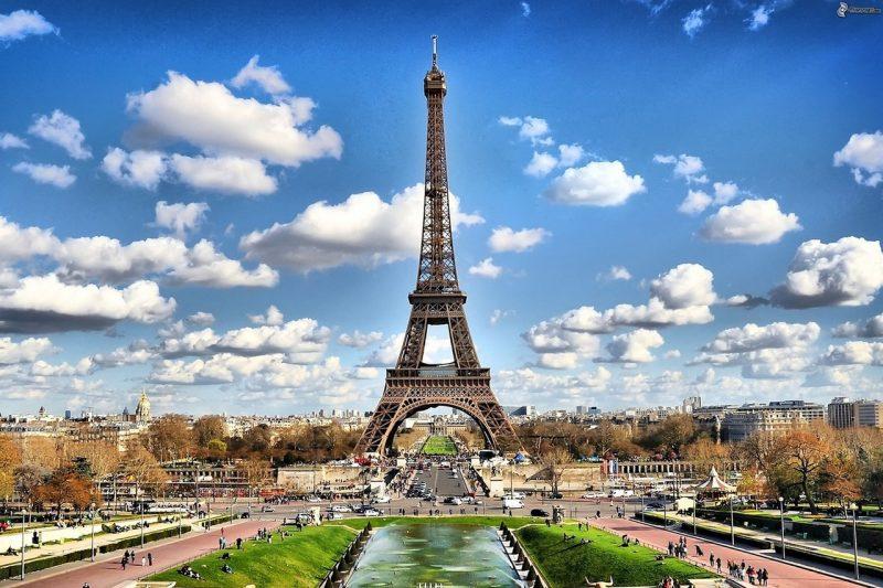 Restablecen el color y tonos originales de la Torre Eiffel