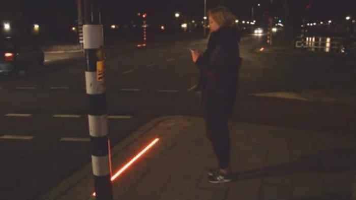 Implementan semáforos a ras de suelo