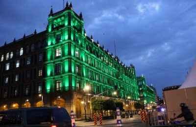 Principales monumentos y edificios de la CDMX se iluminan de verde