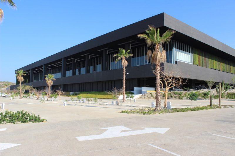 Firman contratos para operar centros de convenciones